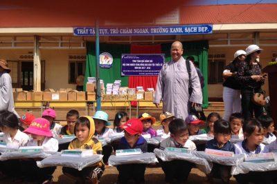 Đoàn từ thiện trường Cao trung Phật học TP.HCM và chùa Phước Hòa thăm và tặng quà cho học sinh trường tiểu học Cao Thắng