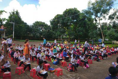 Đoàn từ thiện thành phố Buôn Ma Thuột trao quà tới các học sinh trường tiểu học Cao Thắng